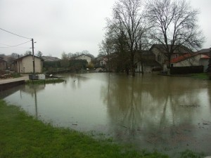 Le lavoir de Drom sous l'eau