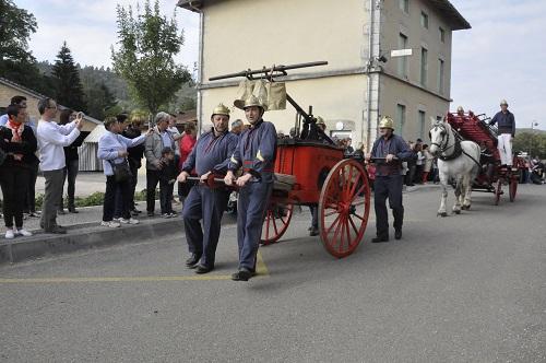 Les anciens pompiers . . . à côté de leur pompe
