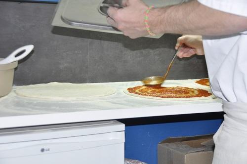 Une pâte fine, une bonne couche de tomate . . .