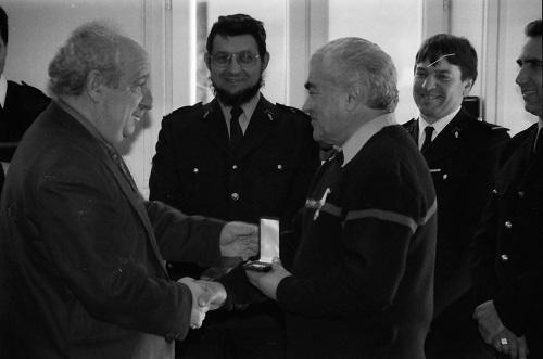 Le sapeur René Caillat reçoit la médaille de vermeil pour 25 années d'engagement dans les sapeurs pompiers.