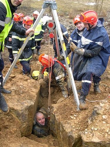 La dernière victime est dégagée. Il s'agissait, bien sur, d'une manoeuvre d'entraînement pour une trentaine de pompiers de trois unités spécialisées, de Bourg, Oyonnax et Belley.