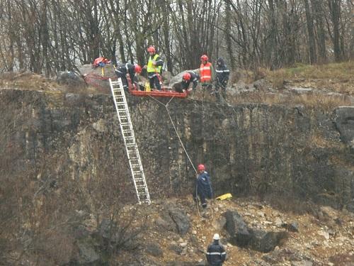 Ecrasés par des blocs, des victimes sont brancardées en bas de la falaise
