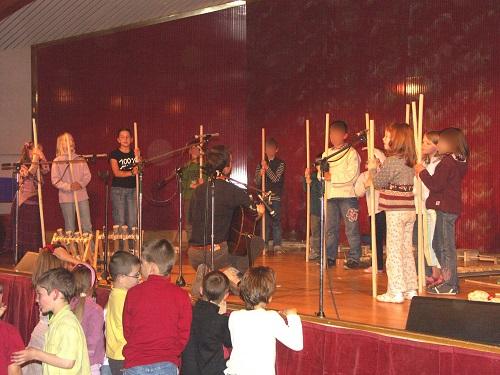 . . . puis ils présentent un concert de musique recyclée, axée sur l'écocitoyenneté.
