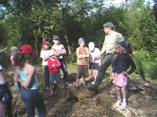 """Le terme """"Dromignon"""" désigne désormais aussi les écoliers de Drom. Il font une semaine d'école buissonnière à la découverte de leur environnement. Avec le garde forestier . . ."""