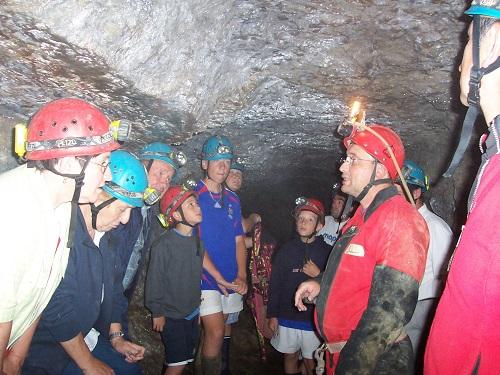 Avec Jean-Michel Perdrix, leur président , les administrateurs de la Caisse Locale de Crédit Agricole visitent le tunnel de Drom