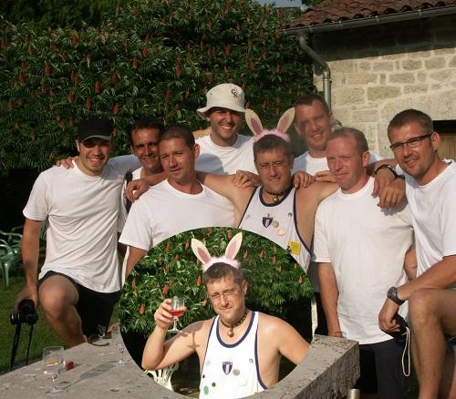 Un joyeux groupe traverse le village : c'est l'enterrement de vie de garçon de Alexis, le cantonnier !