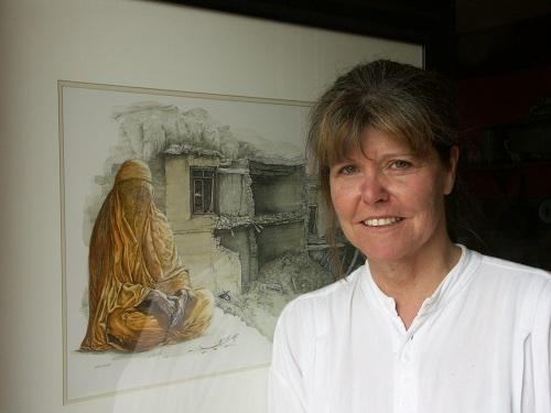 """Margaret, lauréate, devant son oeuvre """"Impuissance"""" : la détresse d'une femme Afghane et le drame des ravages de la guerre"""