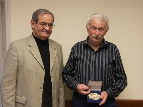 Remise de médaille à l'assemblée générale de la FNACA. Le maire informe le président qu'une rue rappellera la date du 19 mars 1962