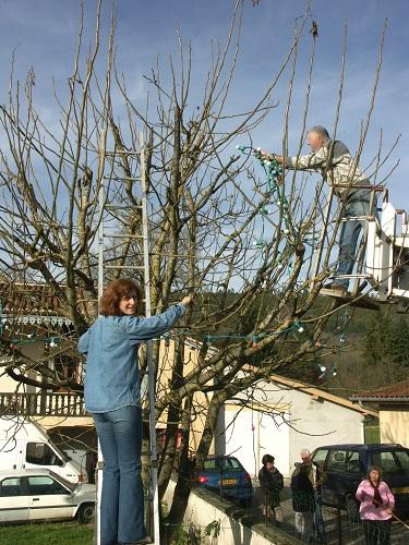 Les élus procèdent à l'installation des illuminations du village