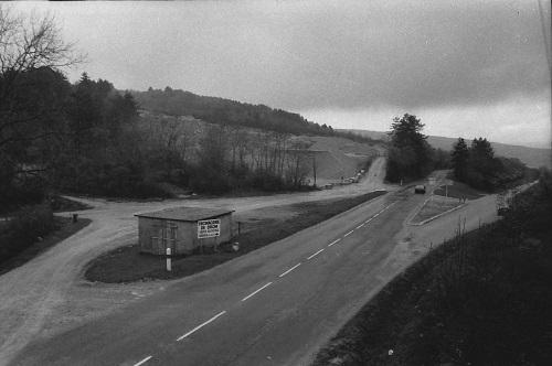 """Côté Est, le panneau du col est au coin du bâtiment des """"Ponts et Chaussées"""""""